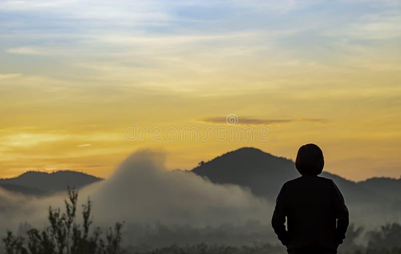 Rozmyty ranku słońca światło za górami z cieniem kobieta i mgła fotografia royalty free