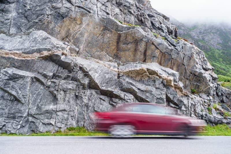 Rozmyty samochodowego jeżdżenia post w górach zdjęcie stock