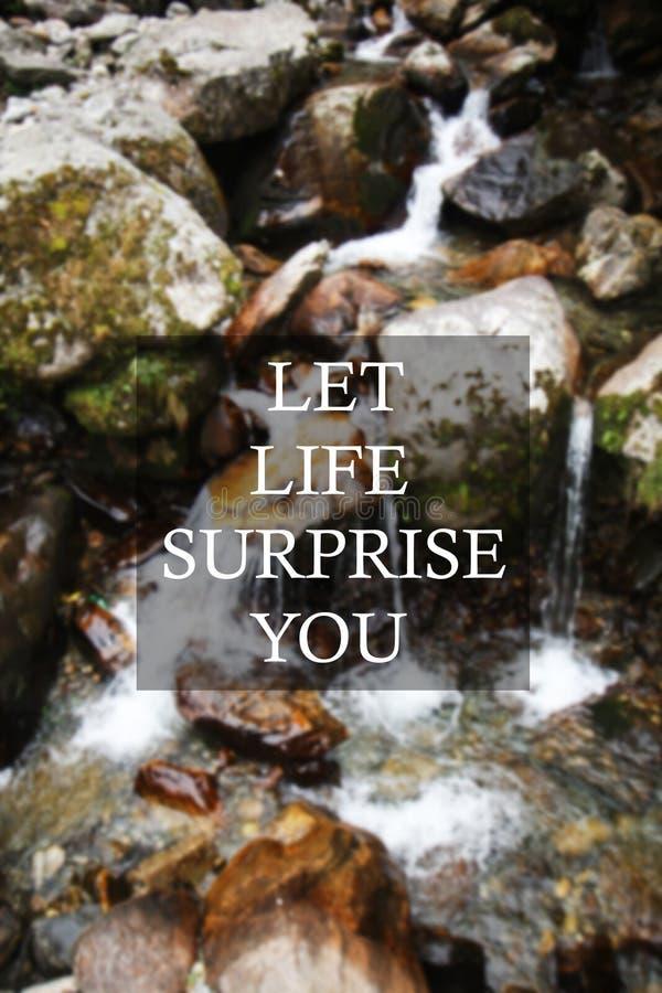 Rozmyty siklawy tło z Inspiracyjną wyceną - Pozwala życie niespodziankę ty fotografia royalty free