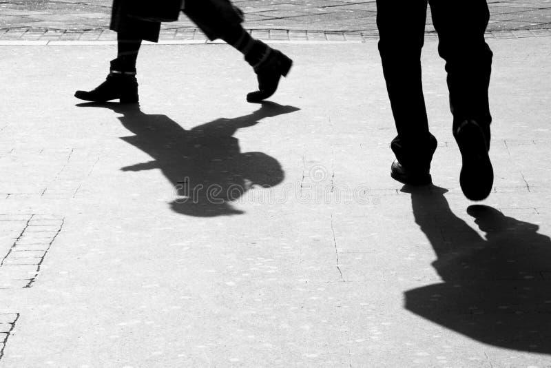 Rozmyty sylwetka cień mężczyzna i kobieta na miasto chodniczku fotografia stock