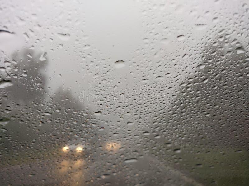 Rozmyty widok wsi drogowa z?a pogoda zdjęcia stock
