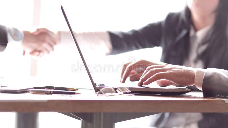 Rozmyty wizerunek biznesmen pracuje na laptopie zdjęcie royalty free