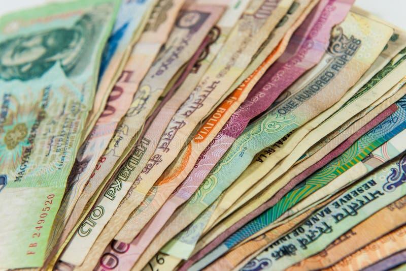 Rozniecony kolorowy międzynarodowy pieniędzy rachunków zbliżenie obraz stock