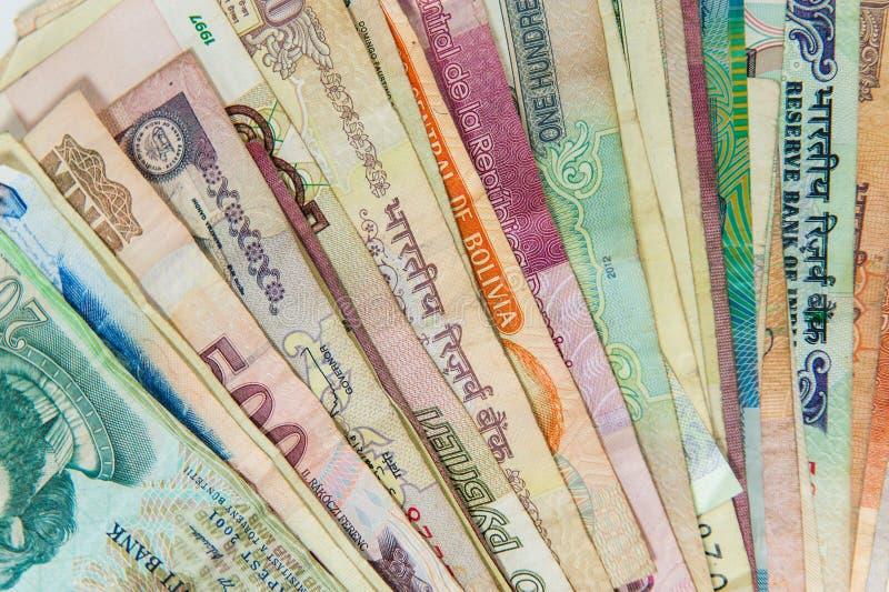 Rozniecony międzynarodowy pieniędzy rachunków zbliżenie zdjęcie stock
