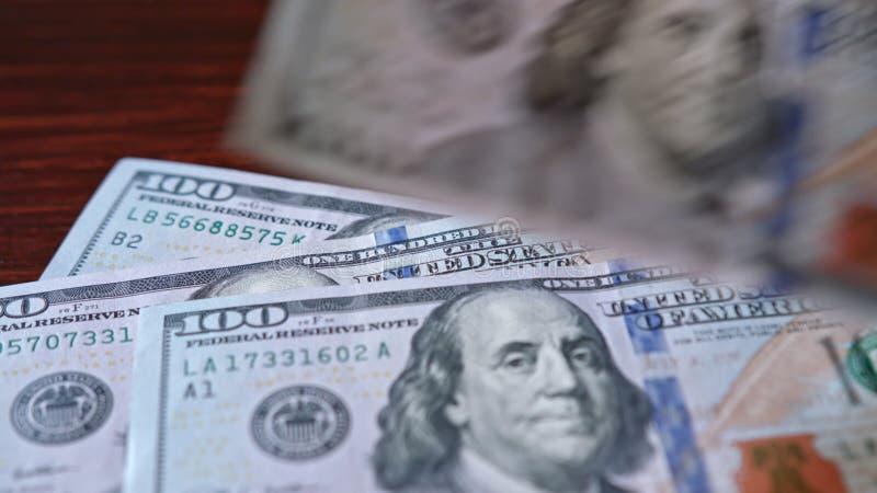 Rozniecony stos Sto Dolarowych banknotów na stole obraz royalty free
