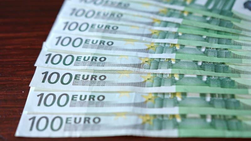 Rozniecony stos Sto Euro banknotów na stole fotografia royalty free