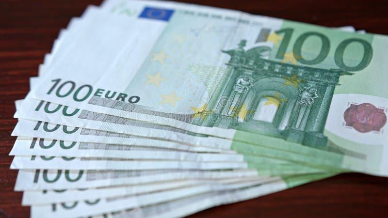 Rozniecony stos Sto Euro banknotów na stole obrazy stock