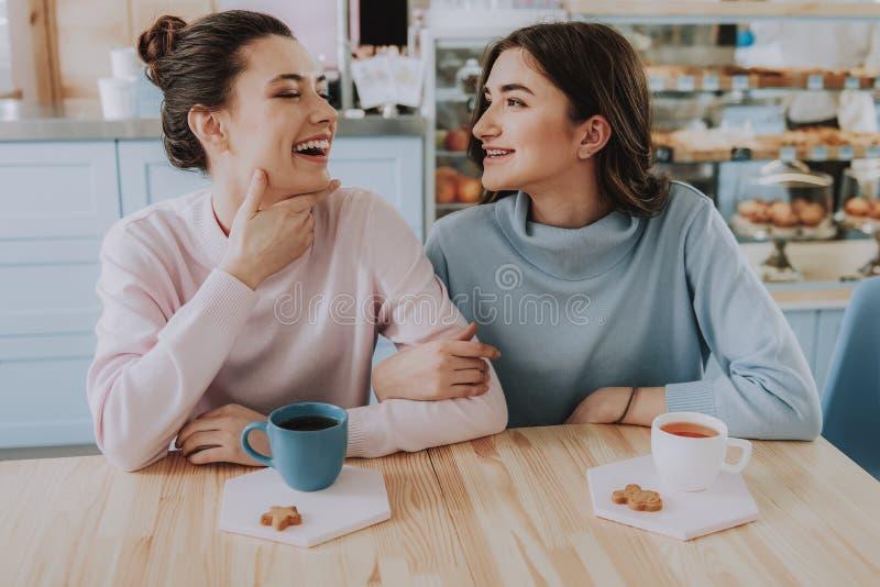 Rozochoceni żeńscy przyjaciele odpoczywa w kawiarni zdjęcia stock