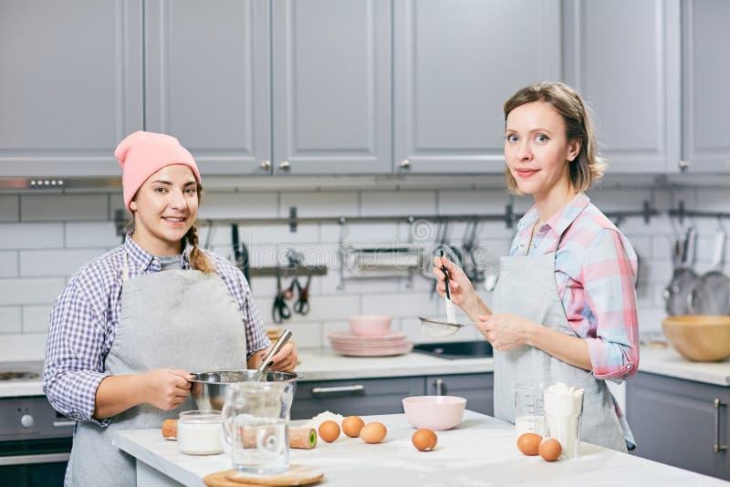 Rozochoceni ciasto kucharzi fotografia royalty free
