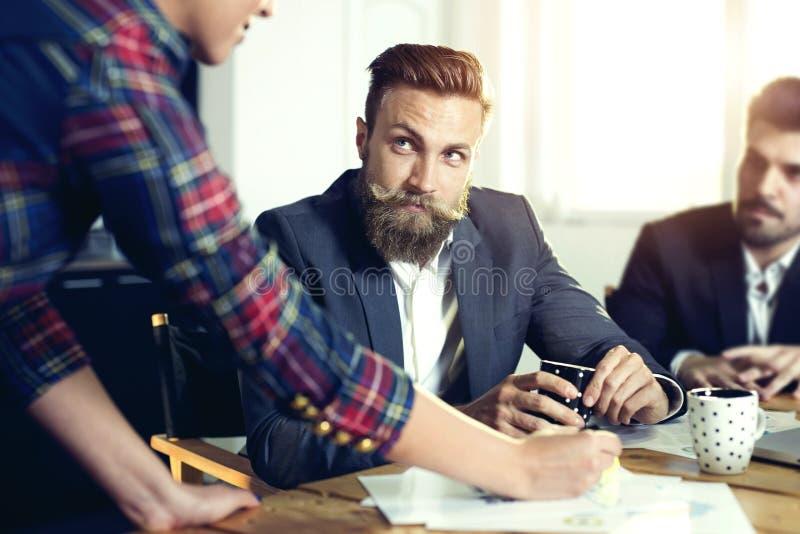 Rozochoceni coworkers w biurze podczas firmy spotkania zdjęcie royalty free