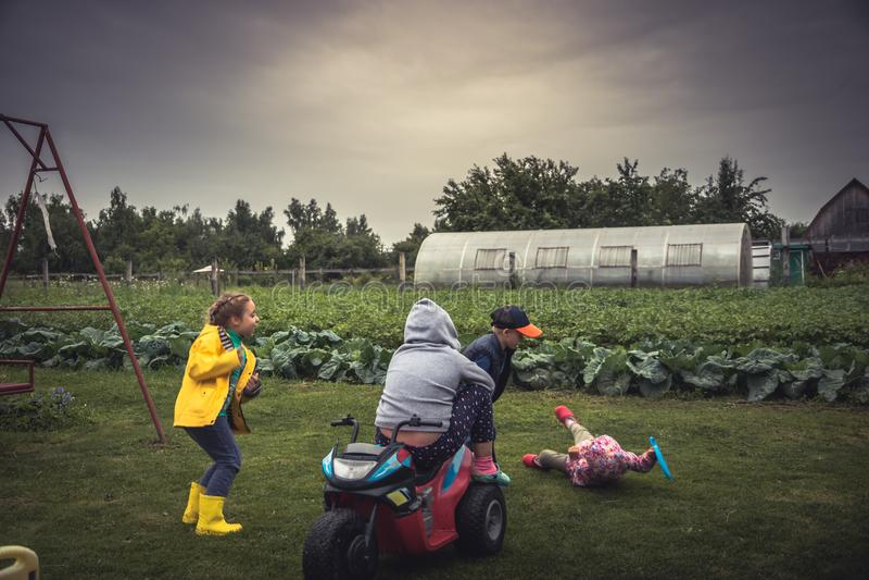 Rozochoceni dzieci ma zabawy boisko podczas wakacji letnich w wsi symbolizuje szczęśliwych dzieciaków beztroskiego dzieciństwo ou fotografia stock