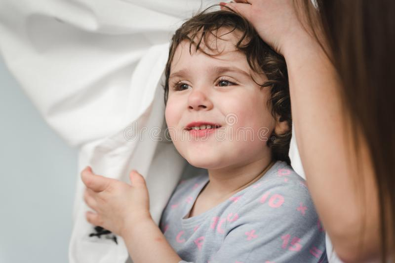Rozochoceni dzieciaki i rodzice ma poduszki walkę na łóżku w domu zdjęcie royalty free