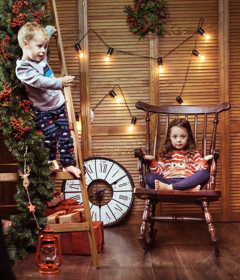 Rozochoceni dzieciaki w eleganckim wnętrzu obraz royalty free