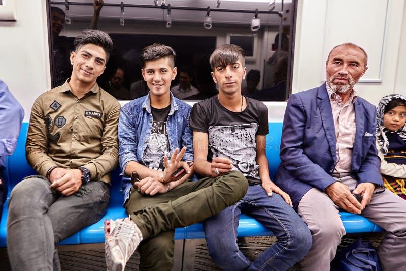 Rozochoceni Irańscy mężczyzna jadą metro, Teheran, Iran zdjęcia stock