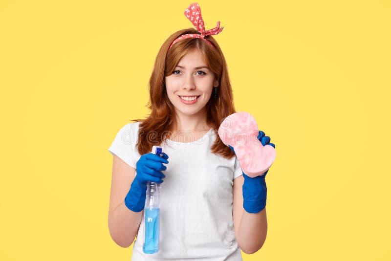 Rozochoceni kobiet workes cleaning usługa chwyty myje kiść i kwacz, przygotowywający zaczynać jej pracę i czyścić dom, satysfakcj obraz royalty free