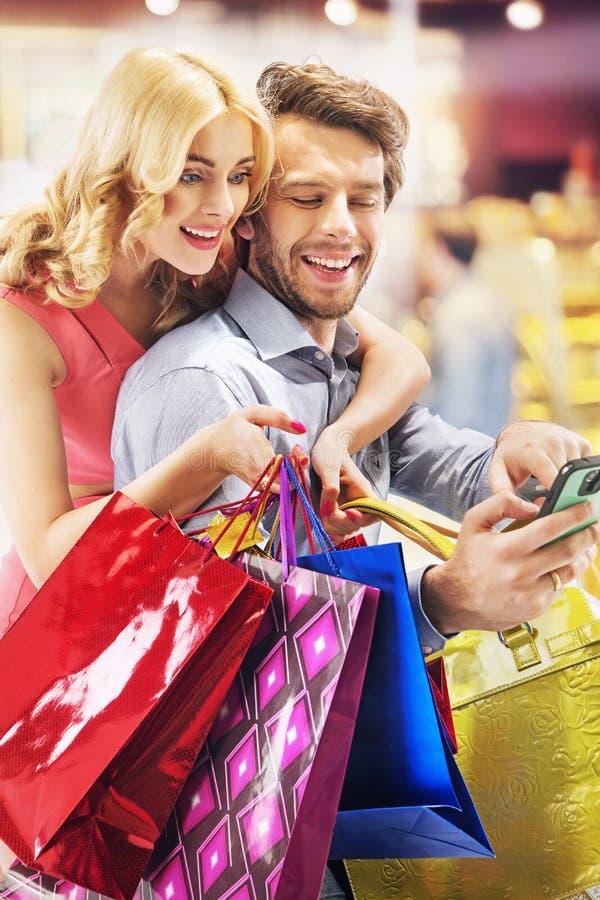 Rozochoceni ludzie podczas zakupy obrazy stock