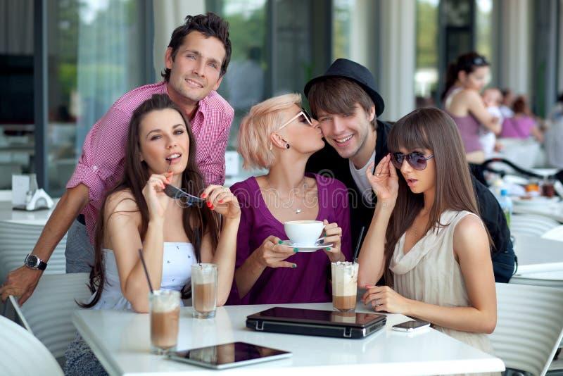 Rozochoceni młodzi ludzie zdjęcie stock