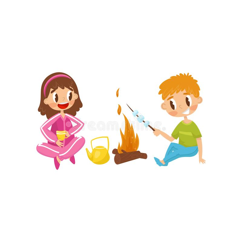 Rozochoceni małe dzieci Dziewczyna pije herbaty od filiżanki, chłopiec kulinarny marshmallow na ogieniu Lato plenerowa aktywność  ilustracji