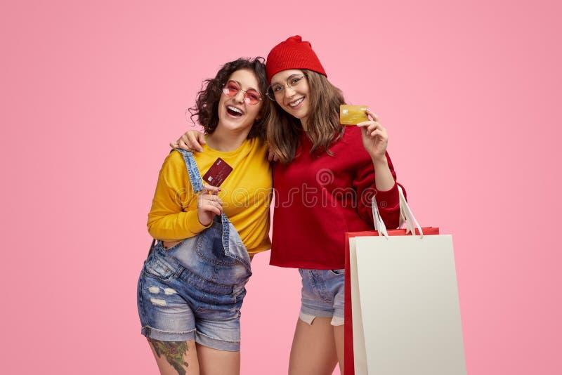 Rozochoceni modnisie z papierowymi torbami i kartami kredytowymi zdjęcie royalty free