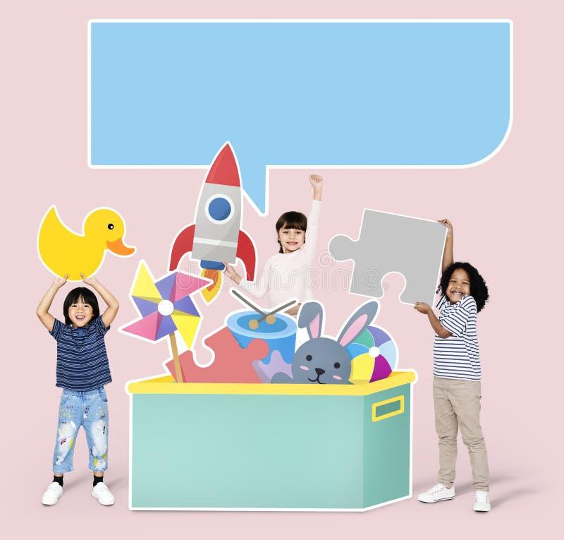 Rozochoceni różnorodni dzieciaki bawić się z zabawkami zdjęcia stock