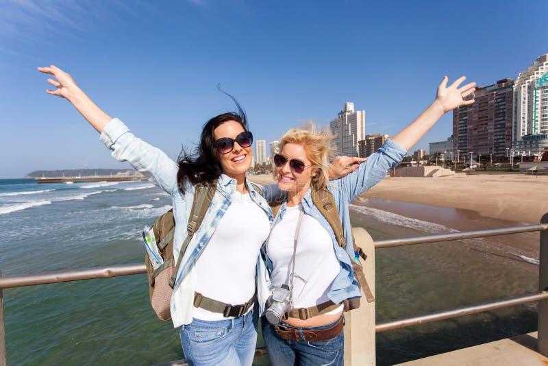 Rozochoceni turyści nabrzeżne fotografia stock