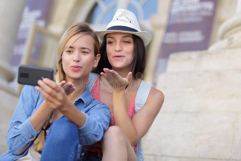 Rozochoceni turystyczni żeńscy przyjaciele bierze fotografie themselves obraz stock