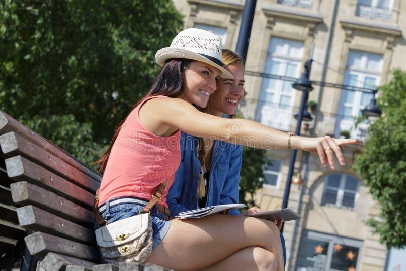 Rozochoceni turystyczni żeńscy przyjaciele bierze fotografie themselves zdjęcia royalty free