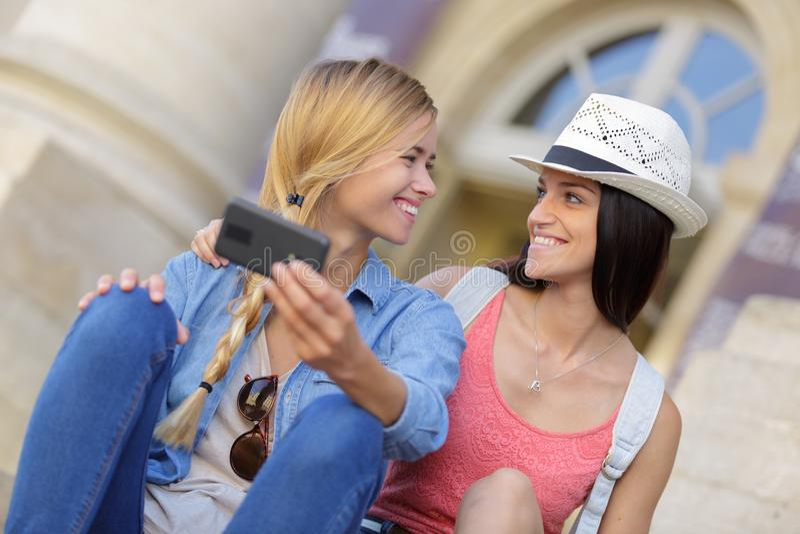 Rozochoceni turystyczni żeńscy przyjaciele bierze fotografie themselves obrazy stock