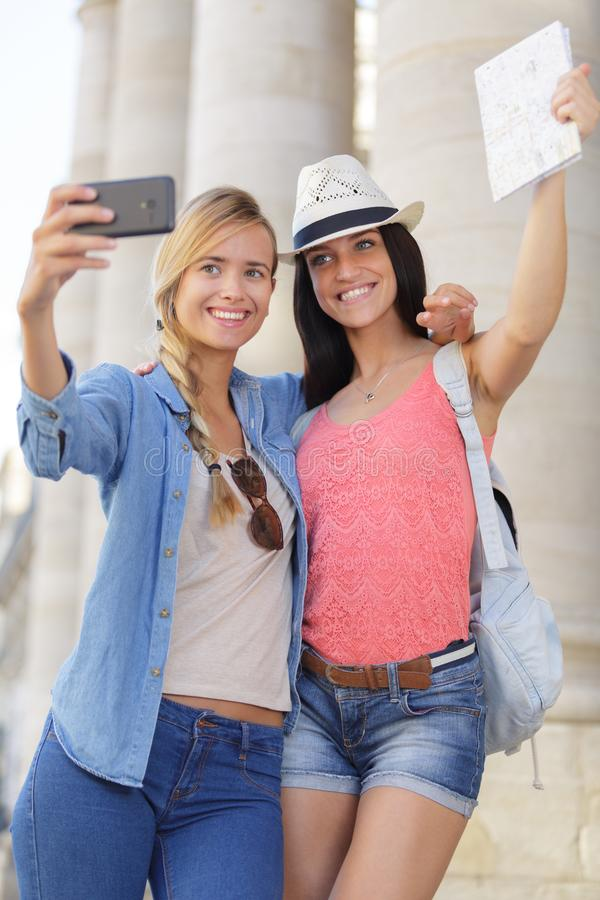 Rozochoceni turystyczni żeńscy przyjaciele bierze fotografie themselves zdjęcie stock