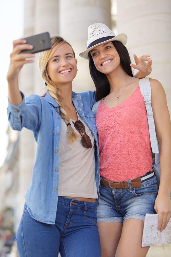 Rozochoceni turystyczni żeńscy przyjaciele bierze fotografie themselves zdjęcie royalty free