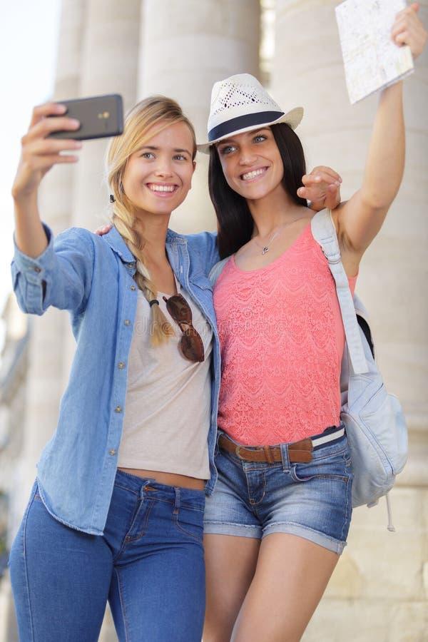 Rozochoceni turystyczni żeńscy przyjaciele bierze fotografie themselves obrazy royalty free