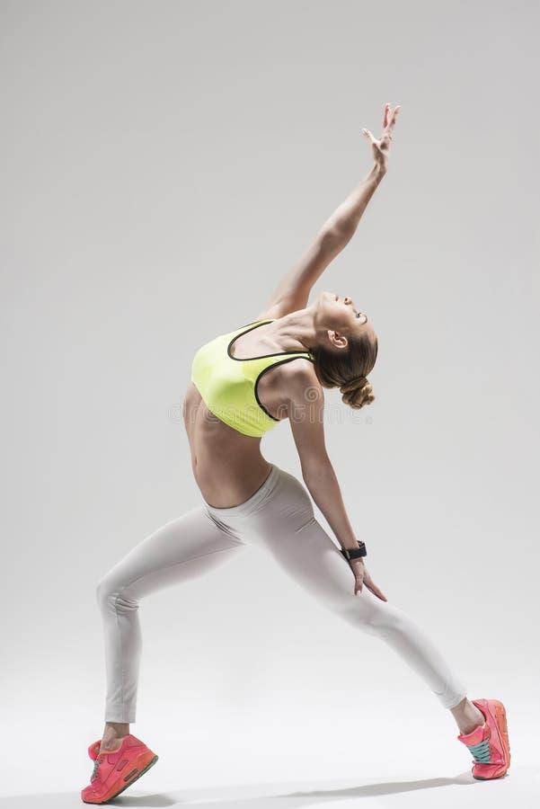 Rozochocona żeńska atleta rozciąga jej ciało obrazy stock