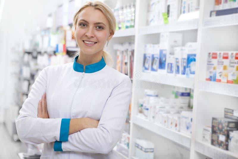 Rozochocona żeńska farmaceuta pracuje przy apteką obraz royalty free
