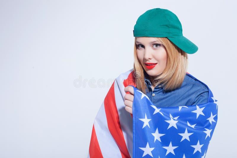 Rozochocona Amerykańska dziewczyna wyraża pozytywne emocje obrazy stock
