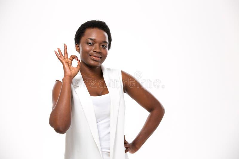 Rozochocona atrakcyjna amerykanin afrykańskiego pochodzenia młoda kobieta pokazuje ok gest zdjęcie royalty free