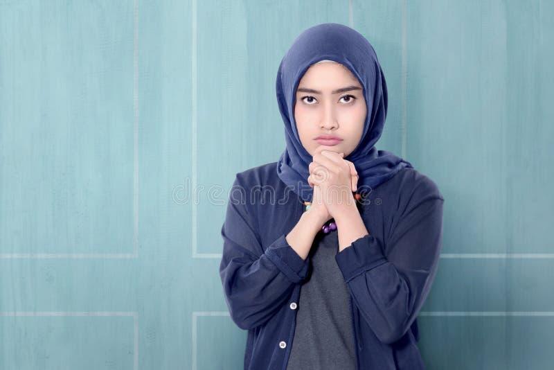 Rozochocona azjatykcia muzułmańska kobieta w hijab z ręka gestem obraz royalty free