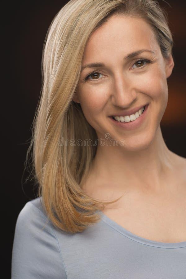 Rozochocona Blond młoda dama ono Uśmiecha się przy kamerą obrazy royalty free