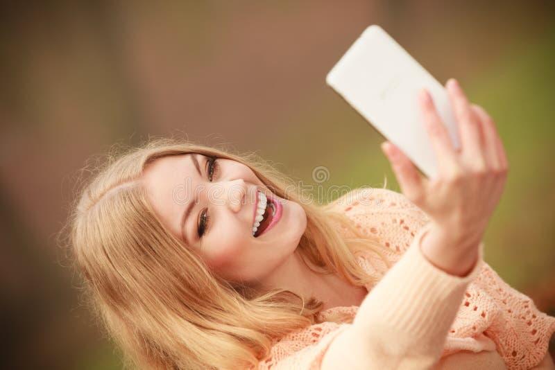 Rozochocona blondynki dziewczyna bierze selfie obrazy stock