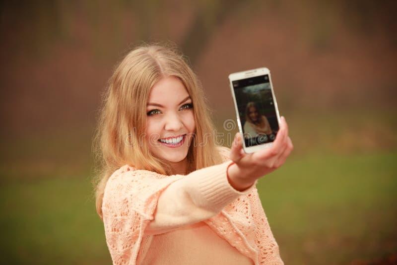 Rozochocona blondynki dziewczyna bierze selfie zdjęcia stock