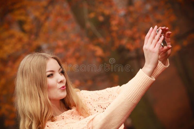 Rozochocona blondynki dziewczyna bierze selfie zdjęcie stock