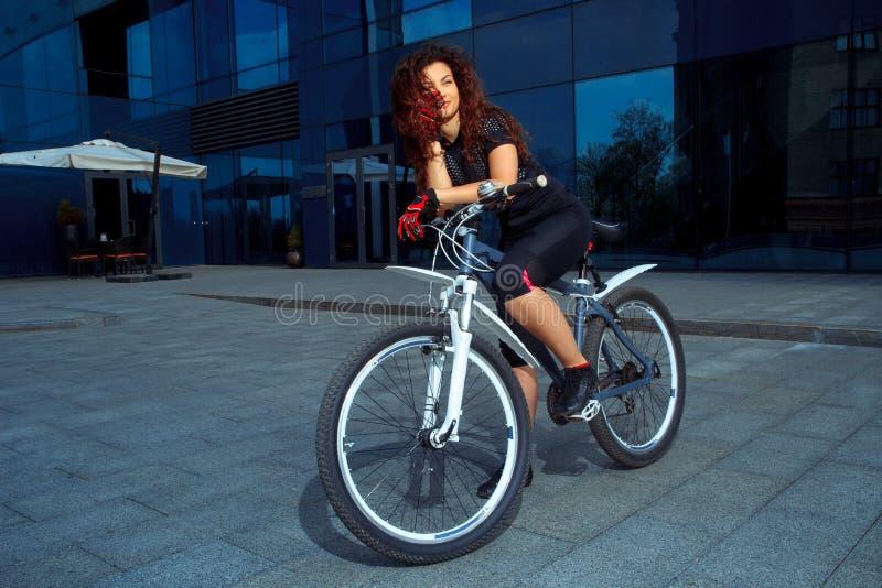 Rozochocona brunetka bawi się kobiety na bicyklu fotografia royalty free