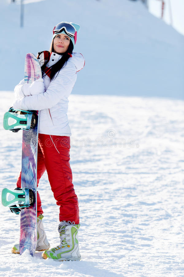 Rozochocona brunetka na zimy górze obraz royalty free