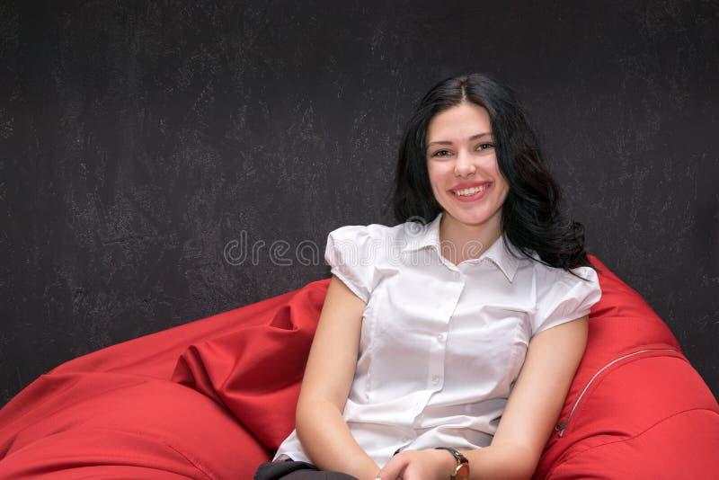 Rozochocona brunetka z powabnym uśmiechem zdjęcie stock
