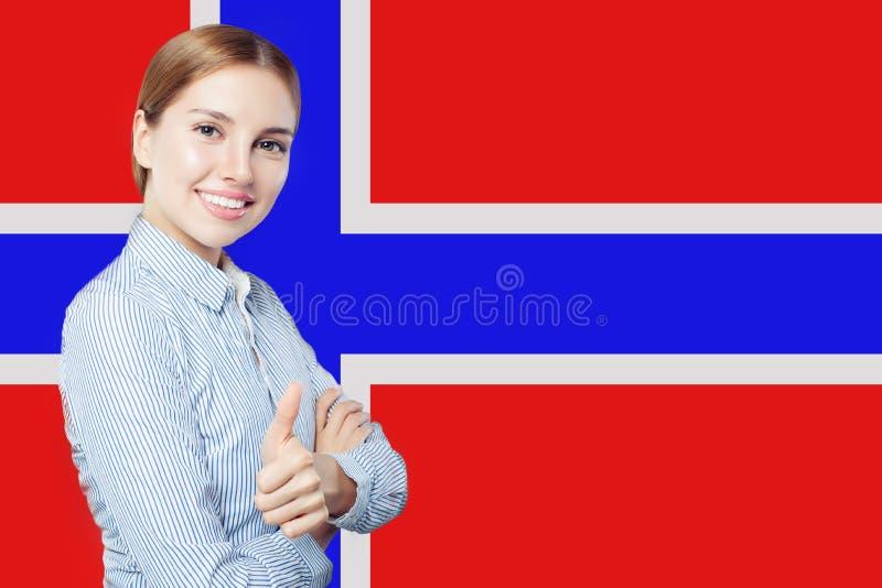 Rozochocona brunetki kobieta pokazuje kciuk w górę fotografia stock