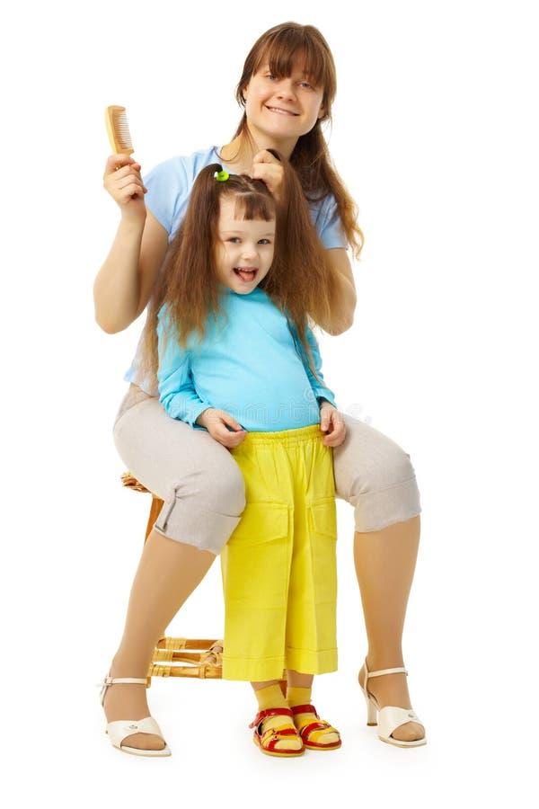 rozochocona córka robi hairdress mum obraz stock