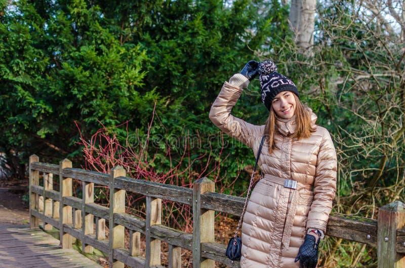Rozochocona caucasian młoda kobieta ma zabawę fotografia stock