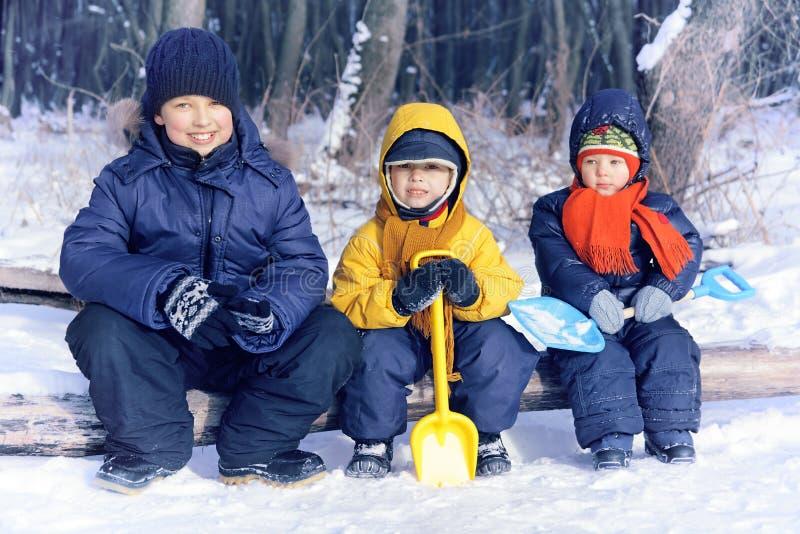 rozochocona chłopiec bawić się w parku w zimie obrazy royalty free