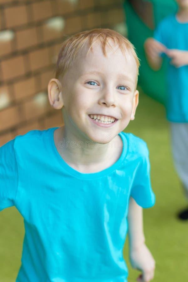 Rozochocona chłopiec bawić się w rozrywki centrum Radosny dziecko zdjęcia royalty free