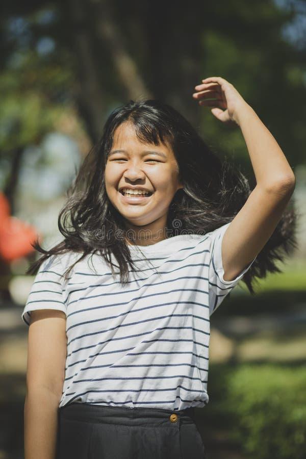 Rozochocona dębna skóra śmia się w parku azjatykci nastolatek zdjęcie royalty free