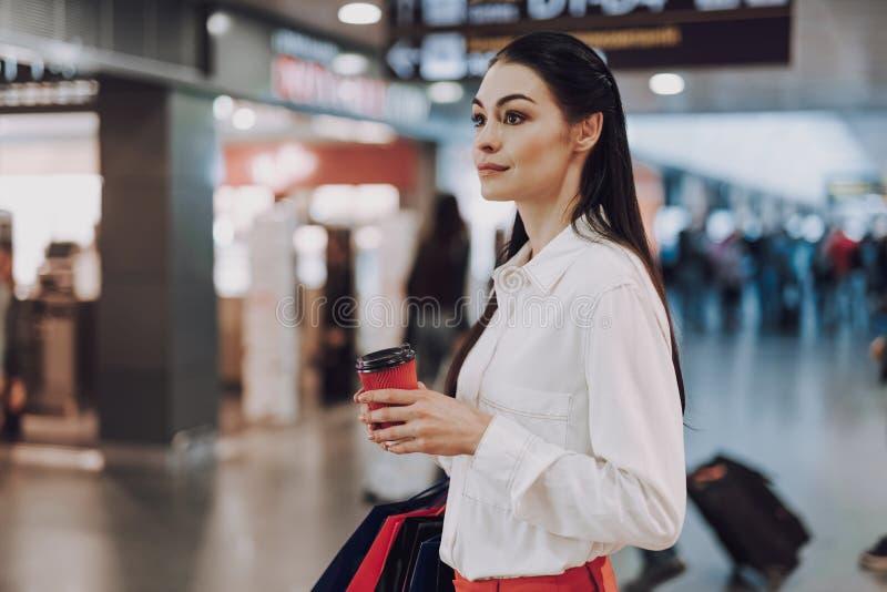Rozochocona dama pije kawę w śmiertelnie przed lotem zdjęcie stock